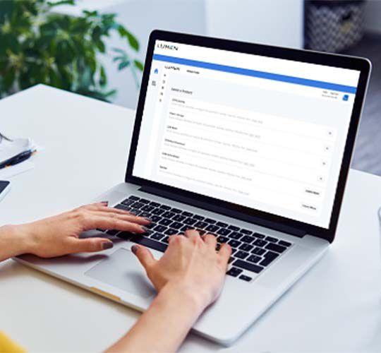 Schreiben auf einem Laptop am Schreibtisch